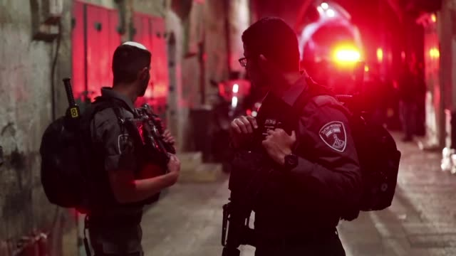 vídeos de stock e filmes b-roll de palestinian stabbed and seriously wounded an israeli security guard in jerusalem's old city on sunday before being shot dead by a police officer... - bairro antigo