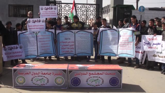 palestinian students attend a protest demanding the opening of rafah border crossing near rafah crossing point in gaza on february 04 2015 spokesman... - fordern stock-videos und b-roll-filmmaterial