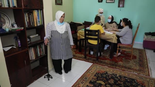 palestinian teacher ekram el-astal teaches her neighbours' students an maths language lesson as schools are shut due to the coronavirus disease... - ガザ市点の映像素材/bロール