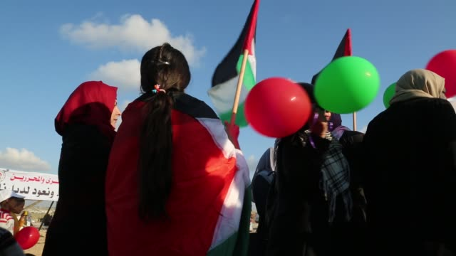 palestinian women holds balloons during a tent city protest at the israelgaza border in the southern gaza strip april 10 2018 - israel palestine conflict stock videos & royalty-free footage