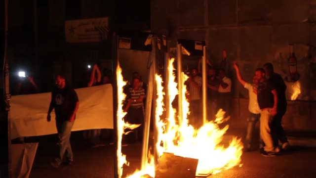 palestinians burn mock metal detectors at the entrance to bethlehem during a demonstration to protest israeli violations against alaqsa mosque on... - 宗教点の映像素材/bロール