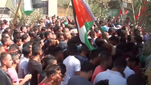 palestinians carry the dead body of palestinian ahmed hatatabe, who was killed by israeli forces, during the funeral ceremony in nablus, west bank on... - イスラエルパレスチナ問題点の映像素材/bロール