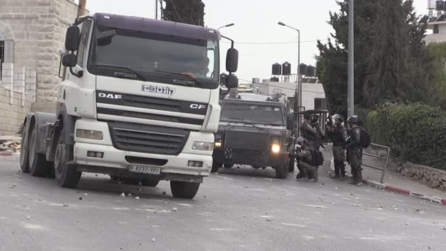 palestinians clash with israeli forces after israeli forces allegedly raided a store and detained three workers in batn alhawa district of ramallah... - イスラエル点の映像素材/bロール