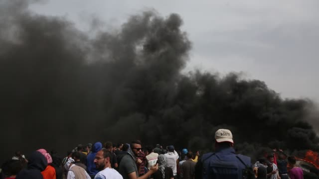 """palestinians clash with israeli forces in response to israeli soldiers' intervention as part of the """"great march of return"""" demonstration in , gaza... - 2018年ガザ地区国境抗議点の映像素材/bロール"""