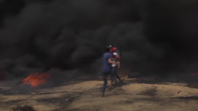 palestinians clash with soldiers in response to israel's intervention during a protest in support of 'great march of return' in gaza city, gaza on... - 70周年点の映像素材/bロール