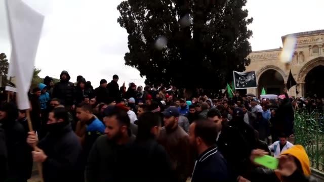 vídeos y material grabado en eventos de stock de palestinians gather to protest against cartoons depicting islam's prophet muhammad by french satirical magazine charlie hebdo, outside al-aqsa mosque... - satírico