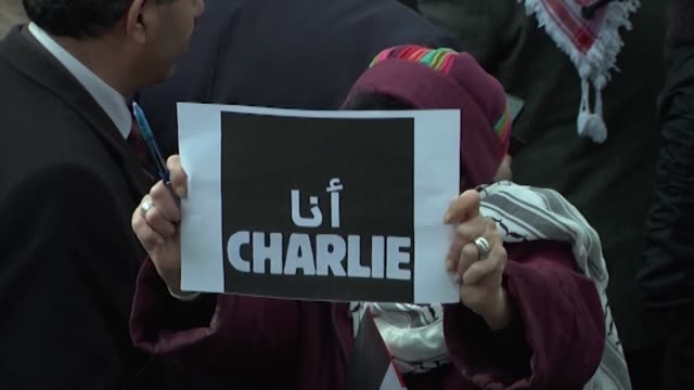 """stockvideo's en b-roll-footage met palestinians gathered in the ramallah city of west bank stage a protest against gun attack on french satirical magazine """"charlie hebdo"""" on january... - alle vlaggen van europa"""
