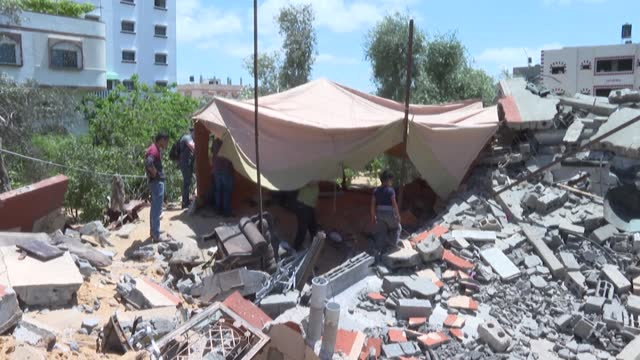 palestinians help nazmi al-dahdouh set up a tent over the rubble of his house in gaza city, destroyed by an israeli air strike - rubble stock videos & royalty-free footage