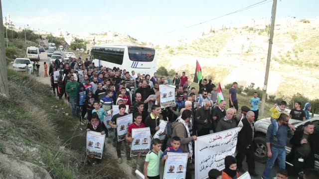 stockvideo's en b-roll-footage met palestinians in east jerusalem protest calling for the return of the bodies of killed palestinian assailants accused of taking part in deadly anti... - oost jeruzalem