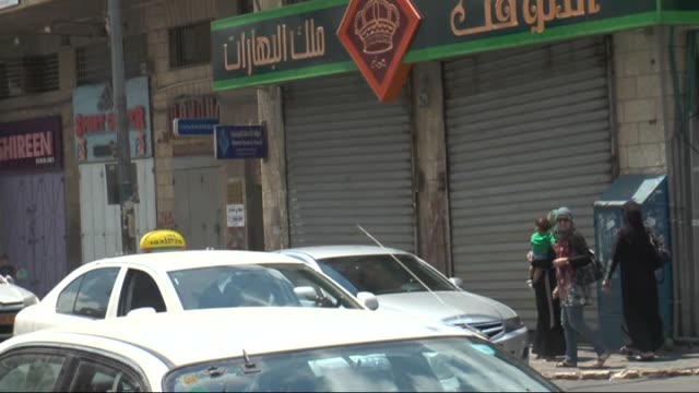 vídeos de stock, filmes e b-roll de palestinians living in ramallah strike against israeli attacks on gaza in ramallah west bank on july 21 2014 shop owners will take down the shutters... - ramallah