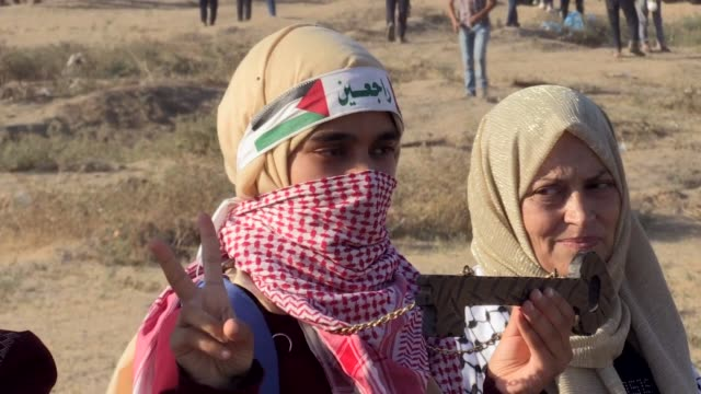 vídeos y material grabado en eventos de stock de palestinians on friday converged near the fence that separates the gaza strip from israel to demonstrate against israel's decadeslong occupation of... - israel