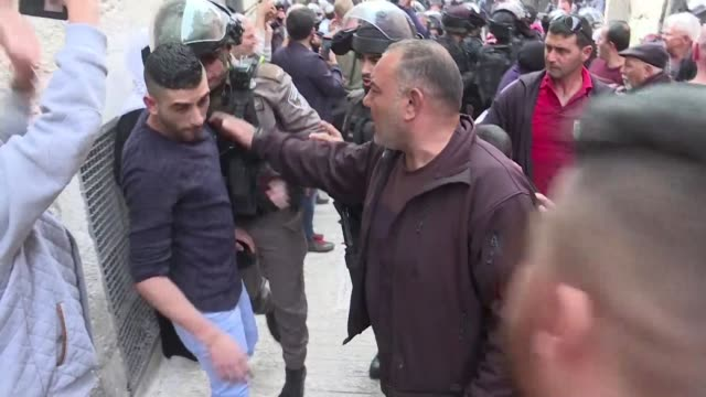 stockvideo's en b-roll-footage met palestinians protested in jerusalem's old city and clashed with israelli security forces following midday prayers friday as part of continued... - israëlisch palestijns conflict