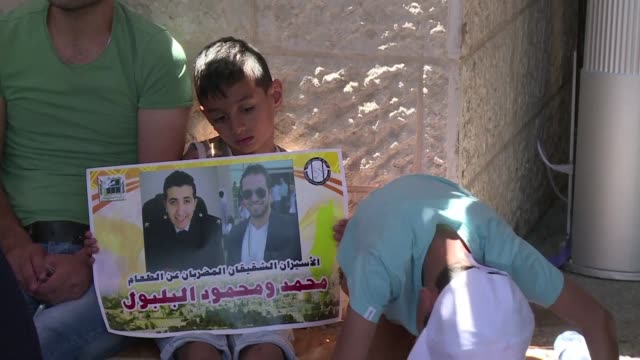 stockvideo's en b-roll-footage met palestinians protested outside the red cross offices in east jerusalem friday in support of bilal kayed a palestinian prisoner who has been on hunger... - oost jeruzalem