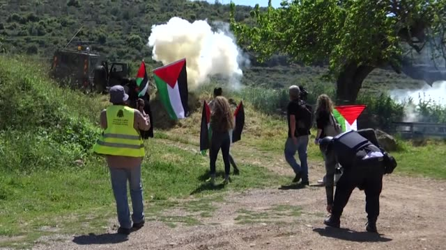 vídeos de stock, filmes e b-roll de palestinians run from tear gas fired by israeli troops during a protest marking the 40th land day anniversary in the west bank city of ramallah on... - ramallah