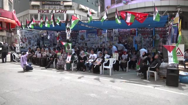 palestinians stage a demonstration at the yasser arafat square in solidarity with israeliheld palestinian prisoners who began a hunger strike last... - 状態点の映像素材/bロール