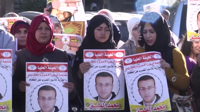 palestinians stage a protest in support of palestinian journalist mohammed al-qeq who has been on a hunger strike in an israeli prison since nov. 21,... - gefangener stock-videos und b-roll-filmmaterial
