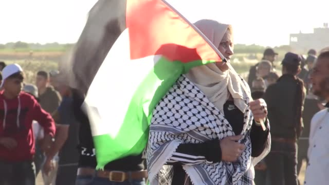 vidéos et rushes de palestinians take part in ongoing rallies against israel's decadeslong occupation along the gazaisrael buffer zone on may 03 2019 in gaza strip a... - israël