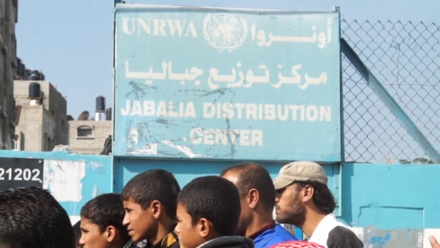 stockvideo's en b-roll-footage met palestinians who lost their homes during israeli attacks on summer months hold a demonstration in front of unrwa in jabalia refugee camp to protest... - israëlisch palestijns conflict