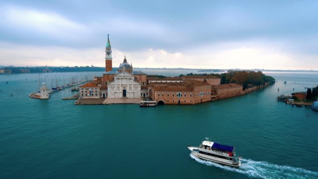palladian church on san giorgio maggiore island in the venetian lagoon, venice, italy - 地中海点の映像素材/bロール