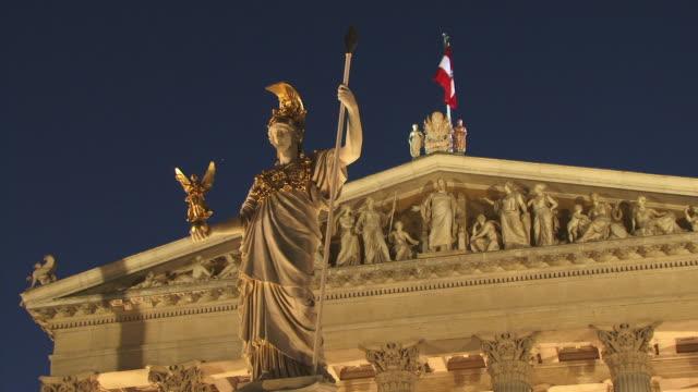 ms, la, pallas athena monument with austrian parliament building in background illuminated at dusk, vienna, austria - austria flag stock-videos und b-roll-filmmaterial
