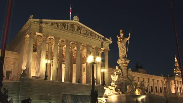 vidéos et rushes de fast motion, ms, la, pallas athena monument with austrian parliament building in background illuminated at night, vienna, austria - style néoclassique