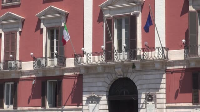 vídeos y material grabado en eventos de stock de pallazzo del governo with traffic passing infront including a scooter - edificio de ayuntamiento local