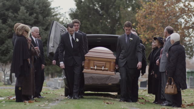 vidéos et rushes de pallbearers carrying coffin  - cercueil