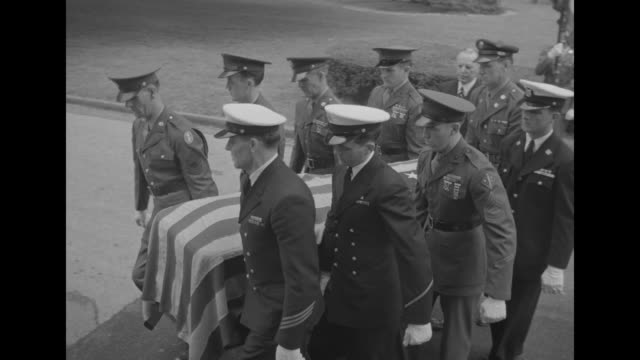 vídeos y material grabado en eventos de stock de pallbearers remove coffin of pres franklin roosevelt from caisson carry it toward white house entrance as vo military band plays the star spangled... - franklin roosevelt