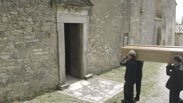 vidéos et rushes de pallbearers walking into church with coffin - cercueil