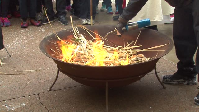 vidéos et rushes de palm leaves being burnt for shrove tuesday at holy name cathedral on march 04, 2014 in chicago, illinois. - mardi gras fête religieuse