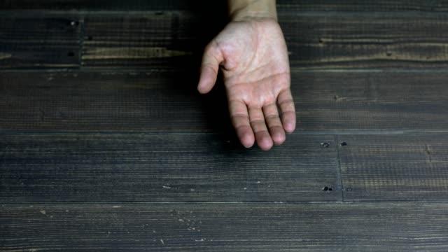 stockvideo's en b-roll-footage met palm van een hand op houten achtergrond - handpalm