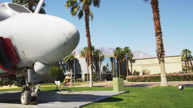 palm springs air museum - figura maschile video stock e b–roll