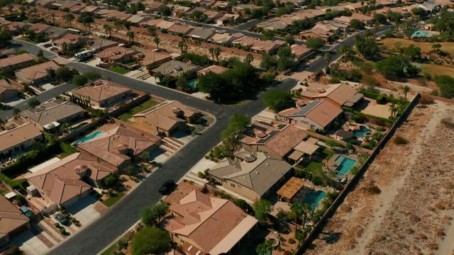 vídeos de stock e filmes b-roll de palm springs, california urban sprawl - aerial drone footage - seco