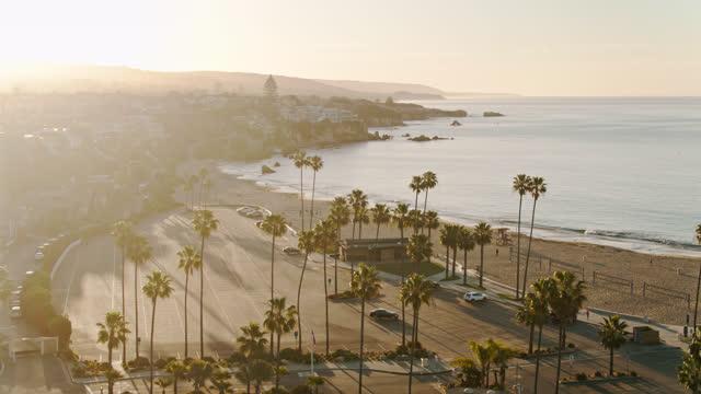 vidéos et rushes de palm tree-lined lot et pacific coast beach - aérien - mar