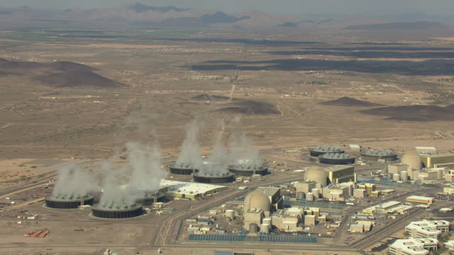 vídeos de stock e filmes b-roll de ws aerial palo verde nuclear generating station and pull back to surrounding landscape / tonopah, arizona, united states  - central de energia nuclear