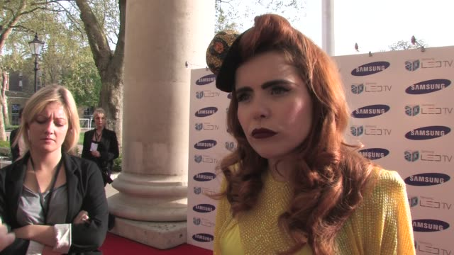 vídeos de stock, filmes e b-roll de paloma faith on her singing at the launch of the new tv on the old red and blue 3d glasses on working on the theme songs for the new noel clarke film... - óculos de terceira dimensão