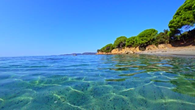 vidéos et rushes de plage de palombaggia, corse, france, au lever du soleil - littoral