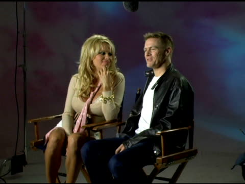 vidéos et rushes de pamela anderson and bryan adams sit down for interviews behind the scenes of bryan adams new music video 'when you're gone' at the video shoot for... - bryan adams