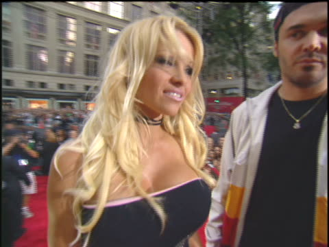 stockvideo's en b-roll-footage met pamela anderson and david lachapelle arriving to the 2003 mtv video music awards red carpet. - 2003