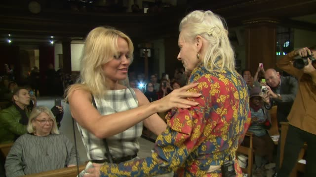 vidéos et rushes de pamela anderson vivienne westwood on october 14 2016 in london england - westwood