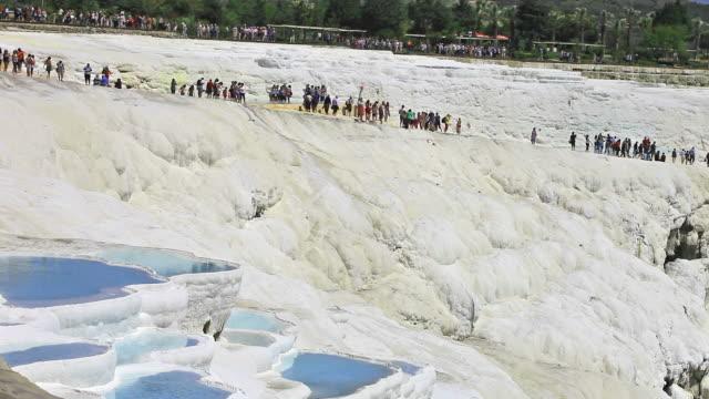 vídeos de stock e filmes b-roll de pamukkale (castelo de algodão) - piscina térmica