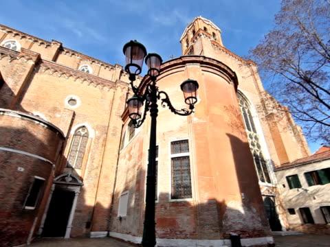 Pan sur une église à Venise