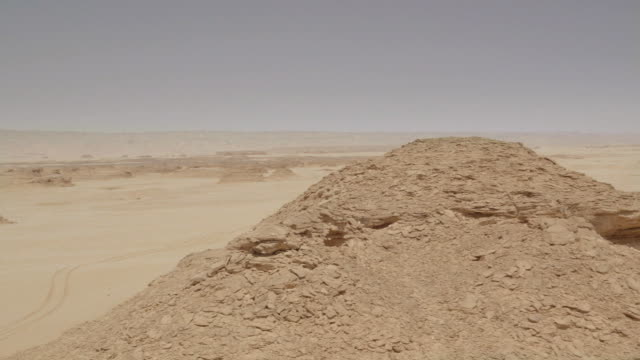 pan across a rocky outcrop and the surrounding sahara desert near dakhla in egypt. - butte rocky outcrop stock videos & royalty-free footage