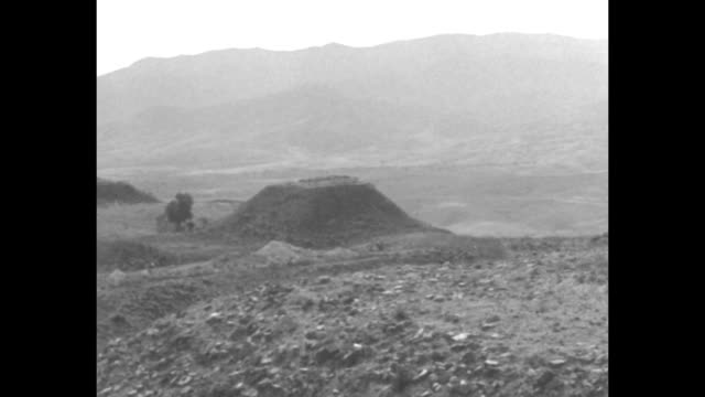 vidéos et rushes de pan across archaeological dig site in possibly mesoamerica; no workers are seen; hills stand in background / note: exact year not known;... - archéologie