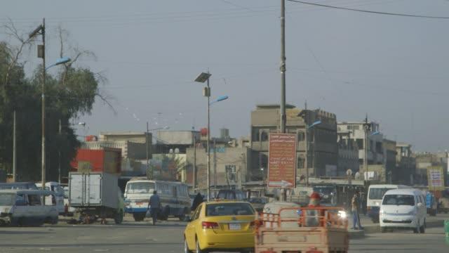 pan across busy baghdad street - iraq点の映像素材/bロール