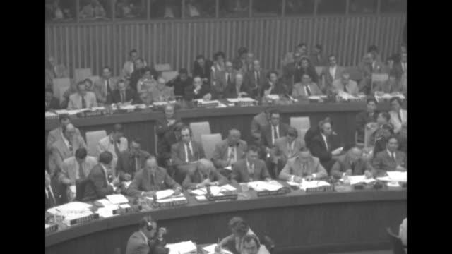 vídeos de stock e filmes b-roll de pan across delegates sitting at desks as voice vote is being held / two shots of delegates sitting at desks as voice vote is being held / two shots... - presidente de empresa