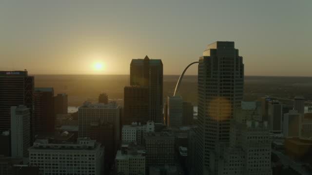 pan across downtown st louis at sunrise - saint louis bildbanksvideor och videomaterial från bakom kulisserna