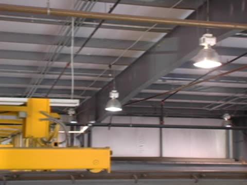 stockvideo's en b-roll-footage met pan across factory rafters - hijsen