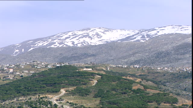 stockvideo's en b-roll-footage met pan across mount hermon which straddles the border between syria and lebanon and has the highest permanently manned un position in the world. - benen gespreid