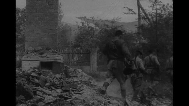 vidéos et rushes de pan across novorossiysk / vs soviet soldiers and marines entering city / soldiers look at wrecked building / soldier looking down at wreckage removes... - armée allemande